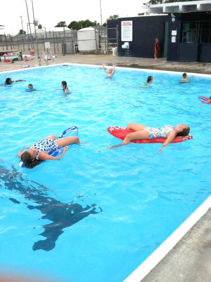 kids swimming in kenesaw pool